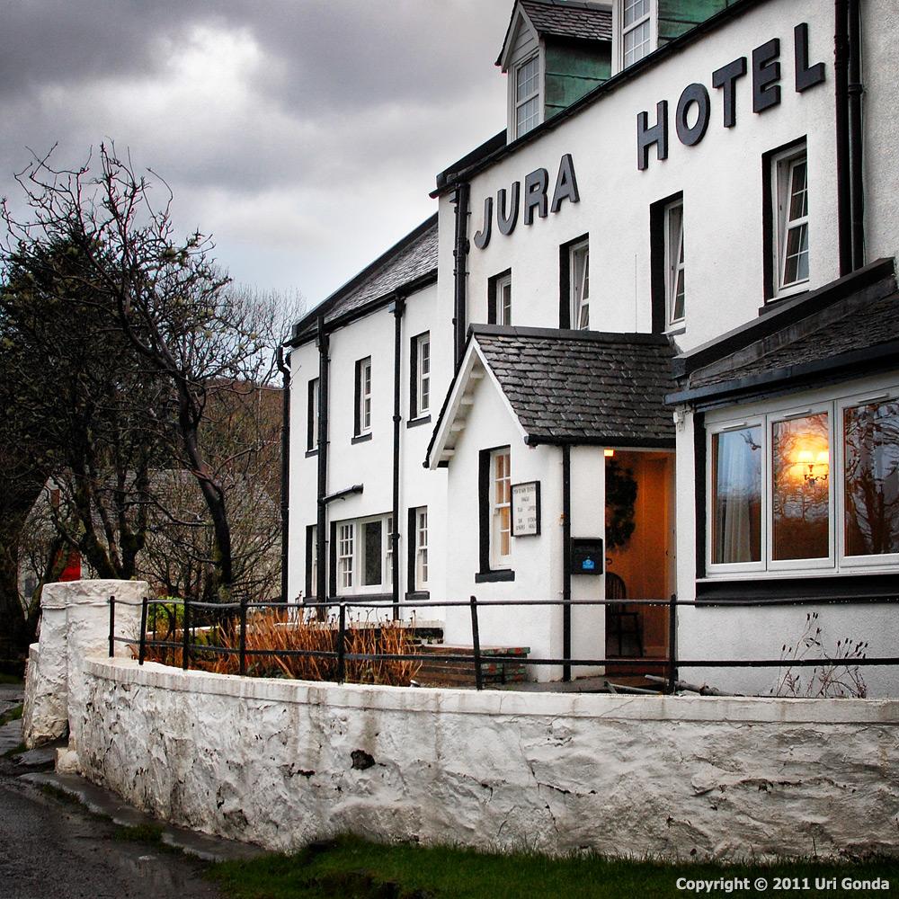 בית המלון היחידי באי הזעיר ג'וּרַה (Jura), הסמוך לאי אָיְלַה (Islay).