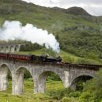 רכבת הקיטור היעקוביטית (The Jacobite) של קו הרמה המערבית (West Highland Line) מעל גשר גלנפינן (Glenfinnan Viaduct).