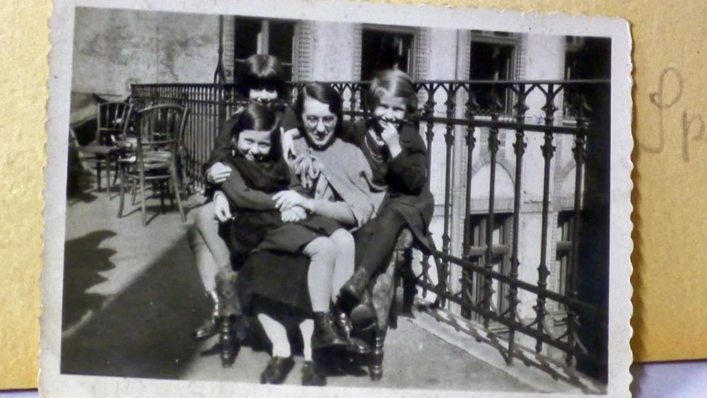 ג'יין היינינג עם כמה מהילדות שתחת השגחתה.