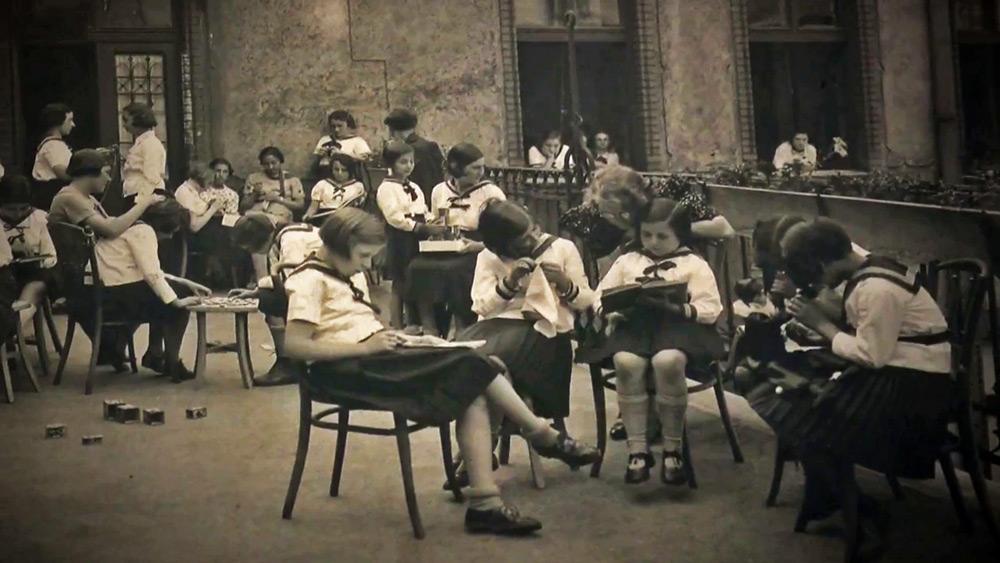 ילדות בחצר של בית הספר של המיסיון הסקוטי בבודפשט.